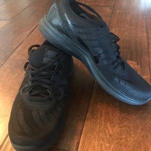 Women's Black nike tennis shoes